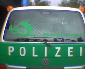 Grne Jugend Igel auf Polizeiauto